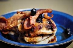 Blaubeer-Pancakes mit Ahornsirup und Bacon